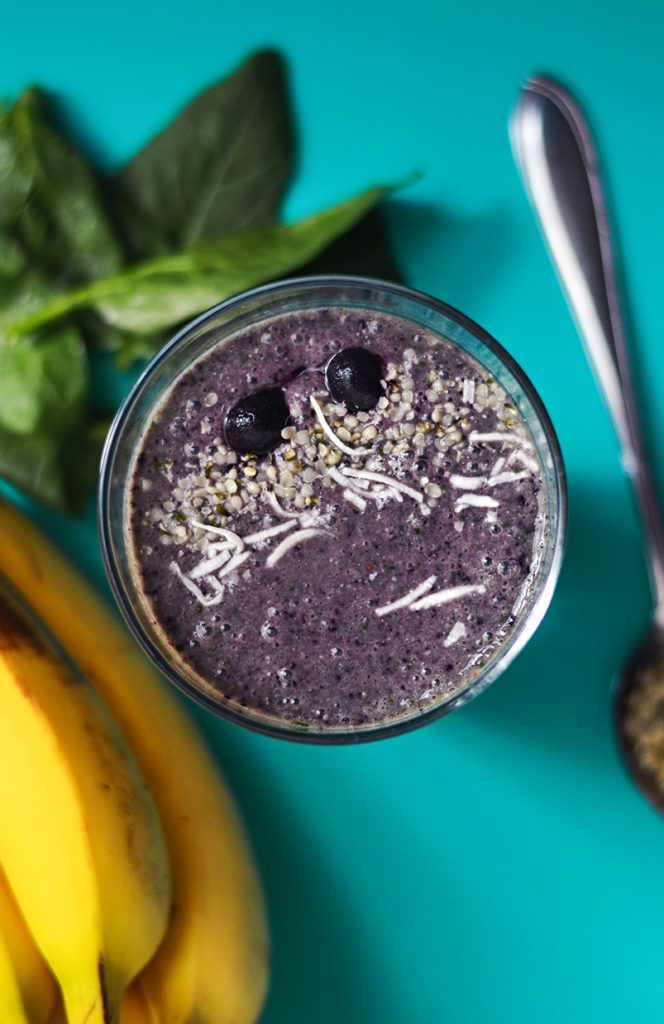SUPER SMOOTHIE DE MORAS, ESPINACA Y HEMP