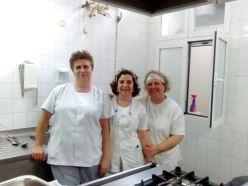 Nuestras compañeras cocineras del Albergue Cardenal Marcelo Martín: Lorena, Begoña y Cruz