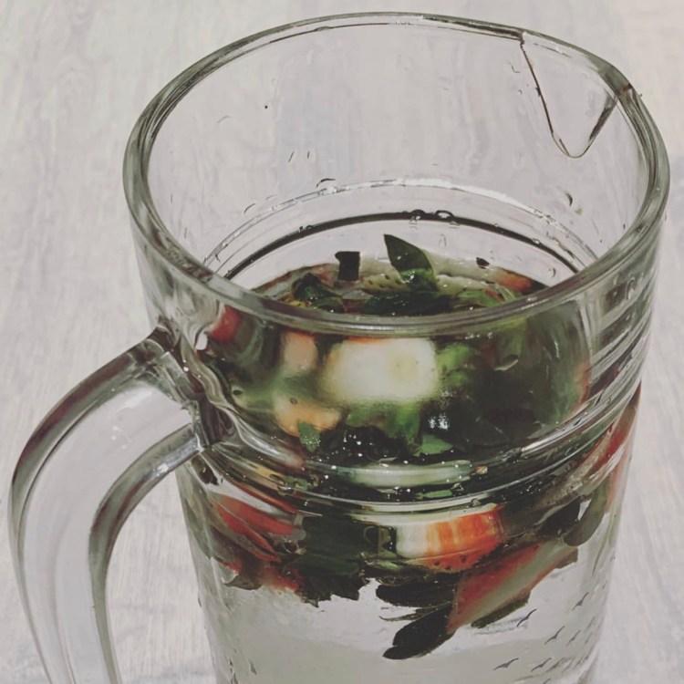 agua hojas fresa