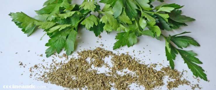 Usos culinarios y propiedades del perejil y otras hierbas aromáticas