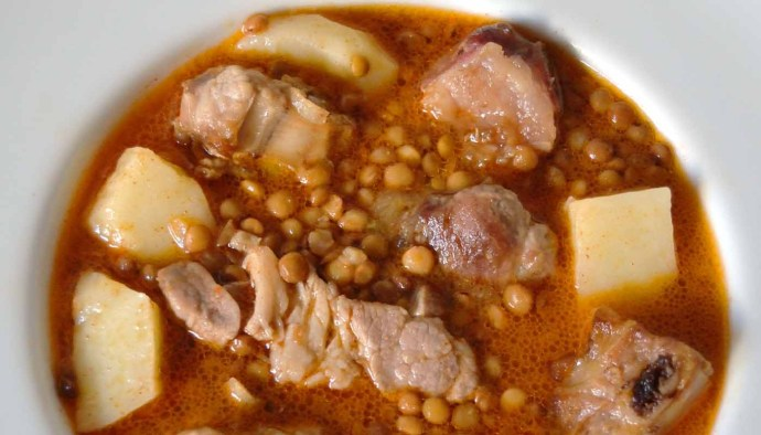 Receta de potaje de lentejas con patatas y costilla de cerdo - recetas de lentejas - recetas de potajes - recetas realfooding o real food