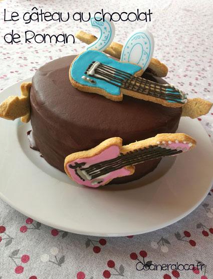 Gâteau au chocolat décoré de sablés en forme de guitare