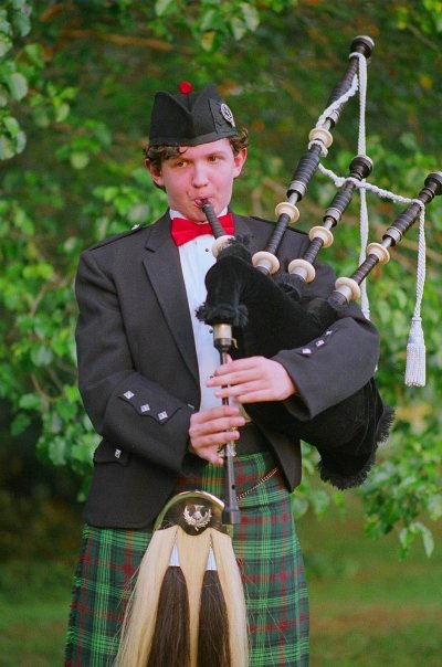 evan-full-dress-kilt-vertical-fingers-on-chanter-april-09