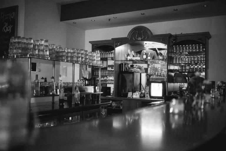 Bartheke mit Cocktail Gläsern