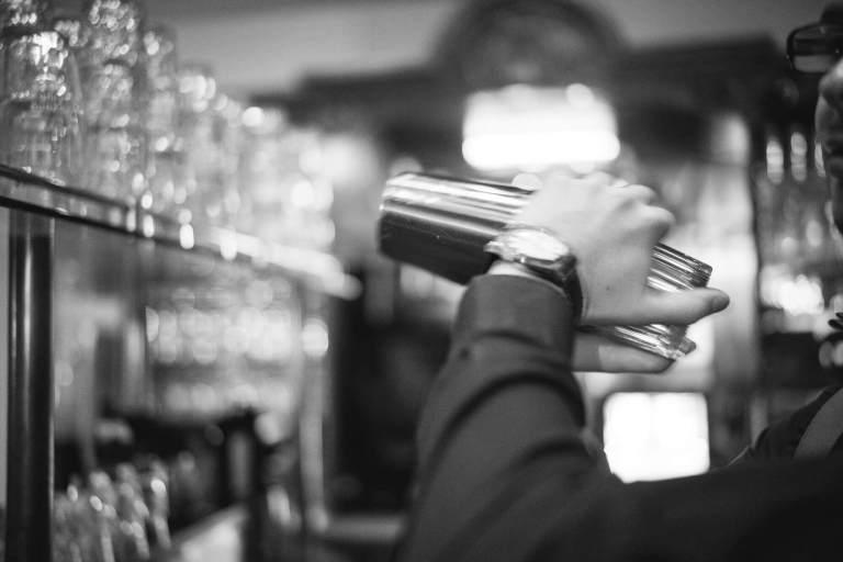 Barkeeper am mixen
