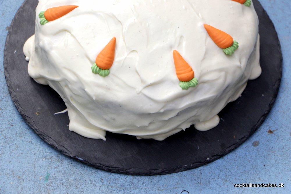 """Lækker gulerodskage med frosting Den her gulerodskage må næsten være min absolutte yndlingskage overhovedet. Den er let og hurtig at lave, den er flot at se på, og så er den bare altid et hit, uanset hvem jeg serverer den for. Opskriften stammer fra den allerførste madblog, jeg begyndte at følge - nemlig Newyorker by Heart - som er skrevet af søde Birthe. Hende og jeg """"kendte"""" hinanden fra et debatforum fra mange år tilbage, og vi har altid haft løbende kontakt - og jeg jublede på hendes vegne, da hun stolt sendte mig sin kogebog, lige efter den var udkommet. Desværre er det mere end to år siden, at"""