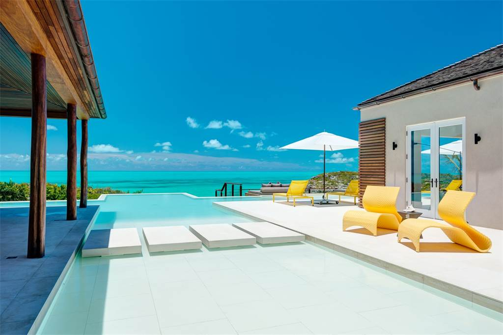 Caribbean-Beachfront-Turtle-Tail-Pool-Cococozy