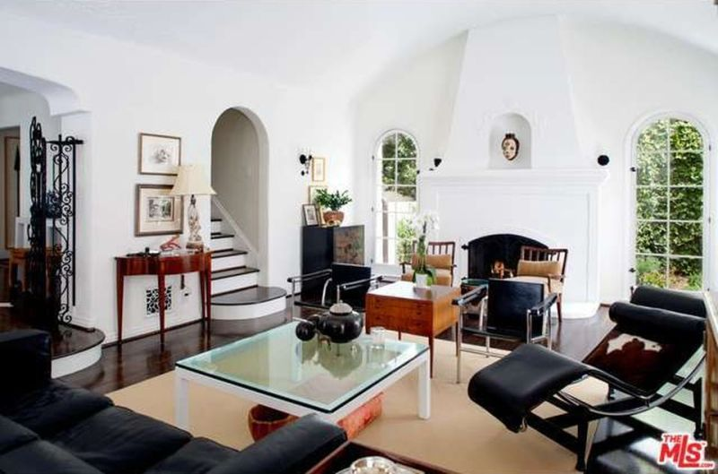 debra-messing-hollywood-hills-home-living-room-cococozy