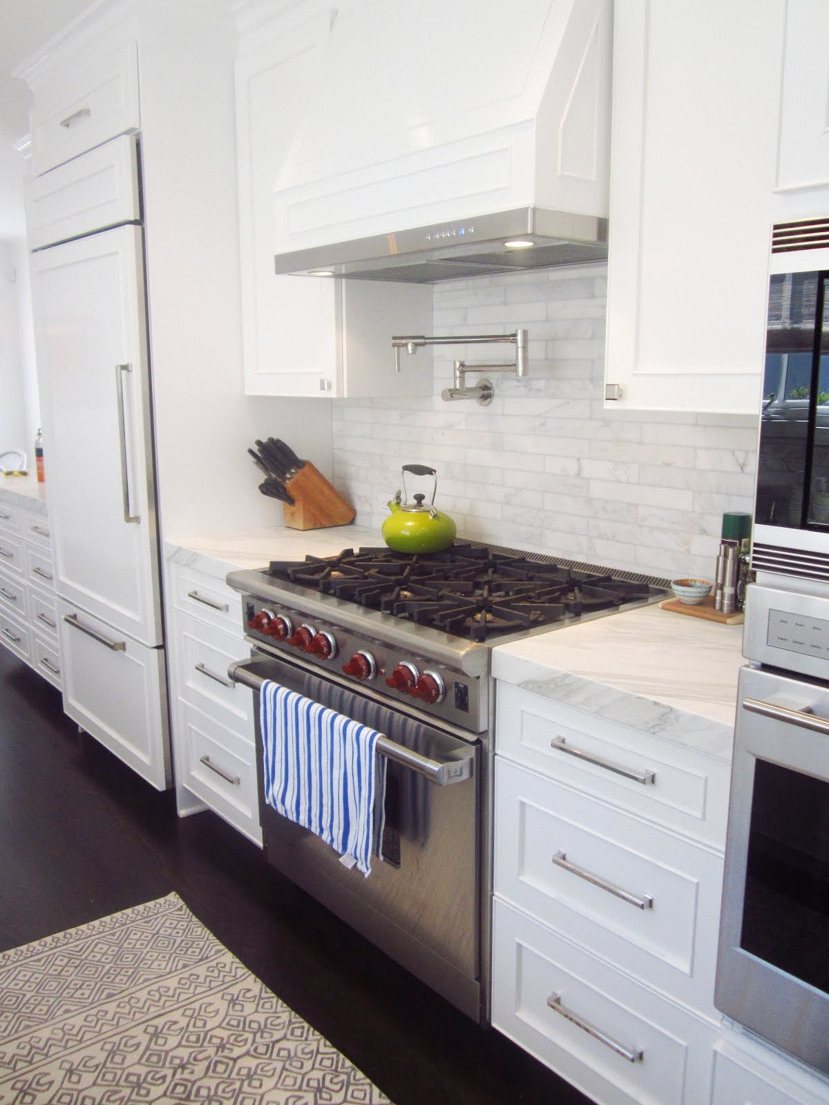 COCOCOZY EXCLUSIVE: A CHIC GALLEY KITCHEN!