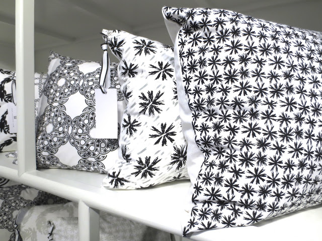COCOCOZY Light pillows in black and white
