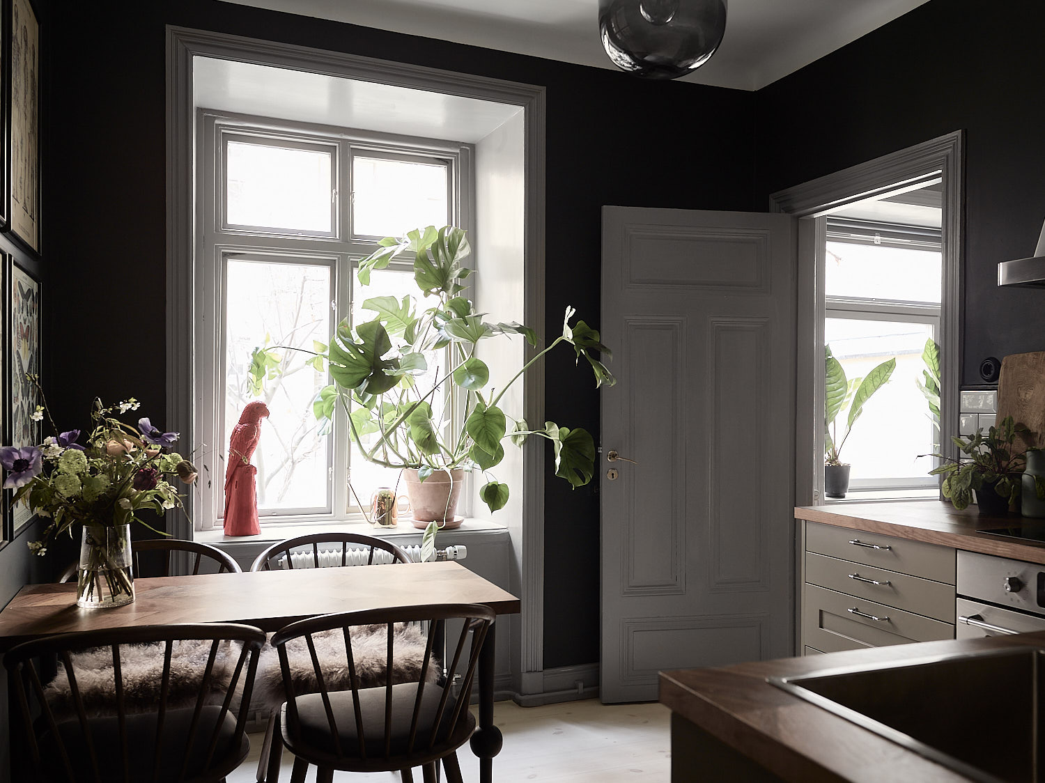 Stylish Home: Stylish And Cozy Home With Dark Walls