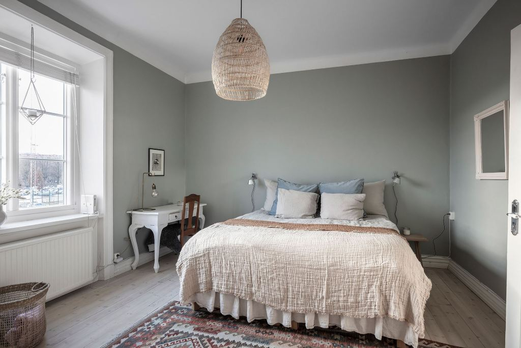 Bedroom with a warm and cool palette