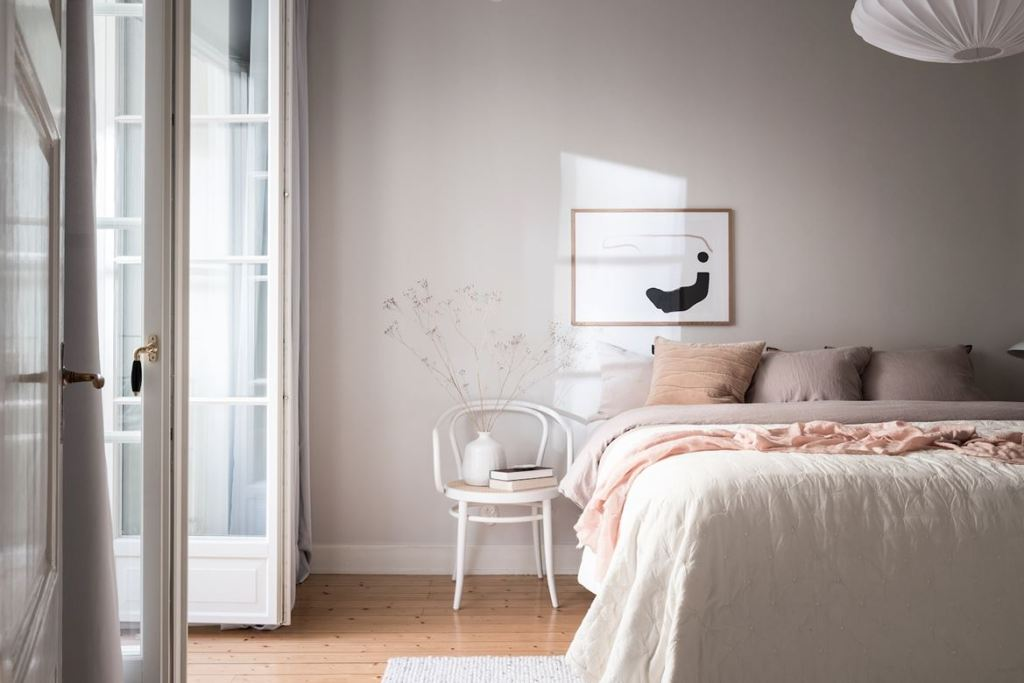 Bedroom with a pink touch