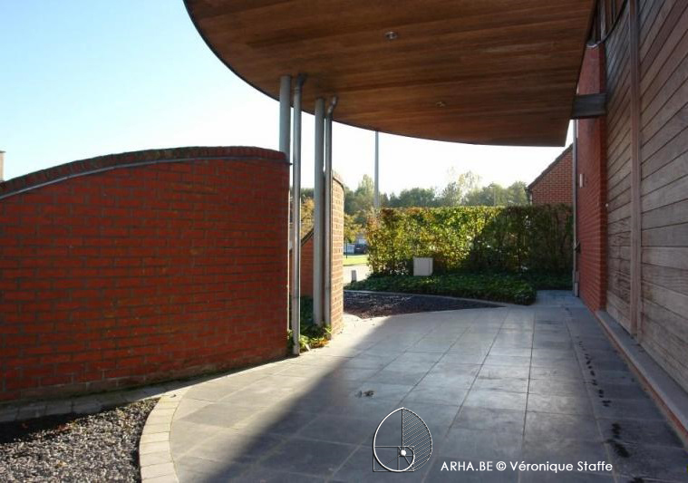 Carport maison éco-bioclimatique conçue par Véronique Staffe