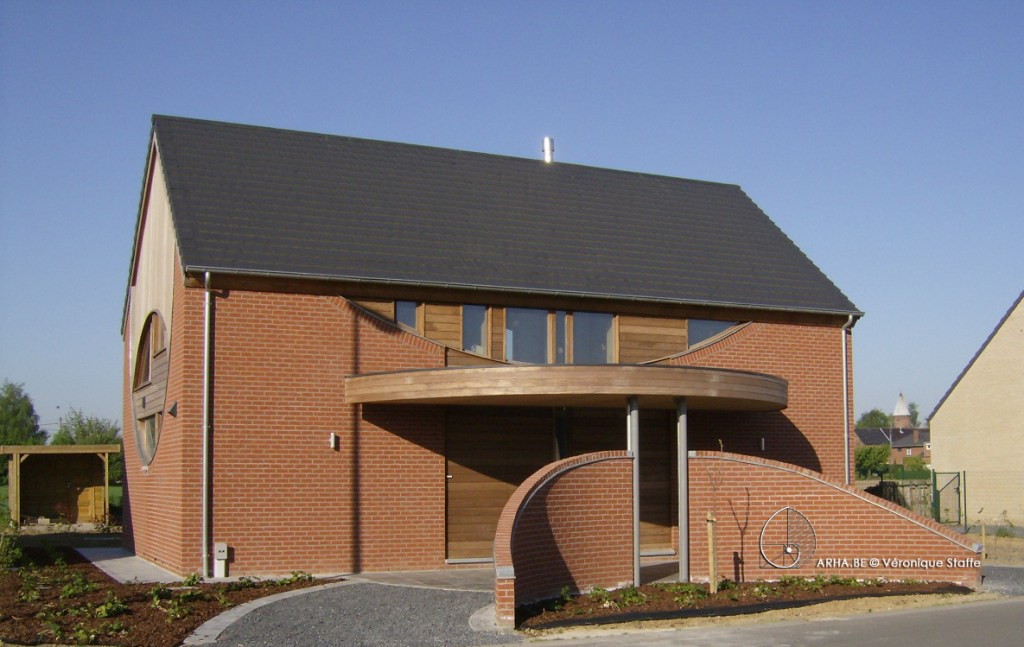 Vue Nord d'une maison éco-bio-climatique presque passive conçue par Véronique Staffe