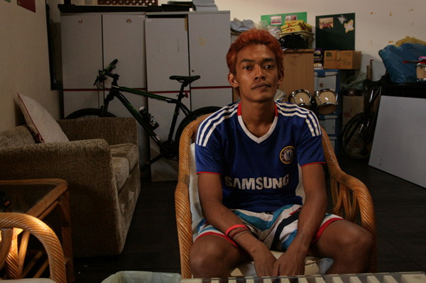 Nui ran away from Nakhon Sawan province and an abusive father at the age of 12. He survived off scraps at Hua Lamphong train station until he got older and the handouts disappeared. Last year someone stabbed him while he was sleeping.