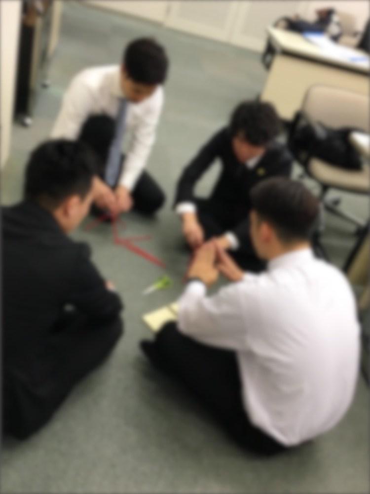 新入社員レジリエンス研修での協力ゲームでの学びの様子