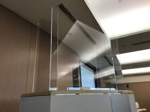 新人看護師研修のコロナ対策用飛沫防止パネルの写真