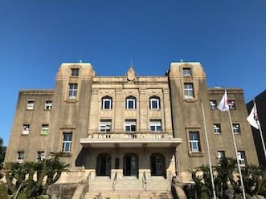 青空と鹿児島市中央公民館の写真