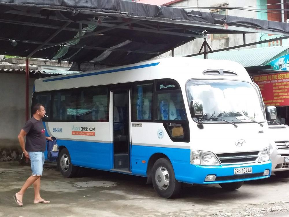 タムコック ツアーのバス
