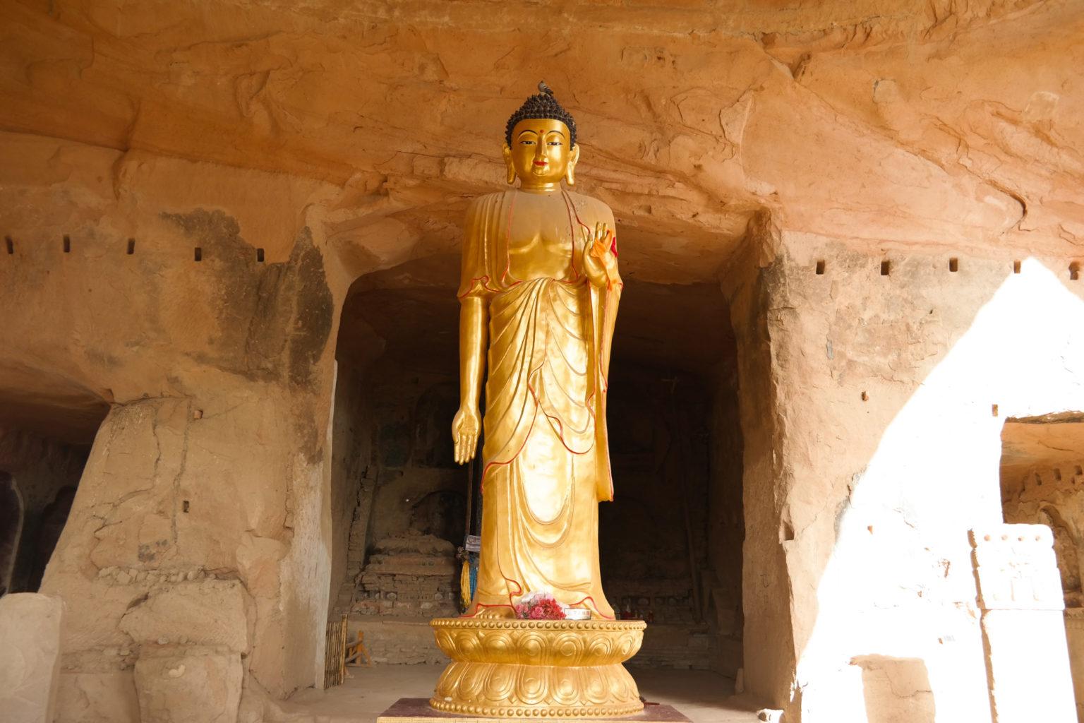 10 metrowy pomnik Buddhy w największej grocie Chin