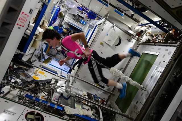 La astronauta Samantha Cristoforetti prueba el equipo que usará Peake
