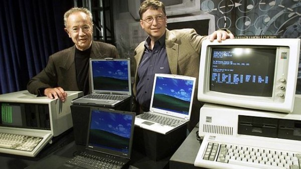 Bill Gates posa al lado de una PC 5050 de IBM