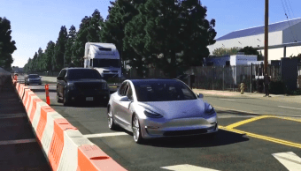 Este video nos deja apreciar el nuevo Tesla Model 3 en movimiento