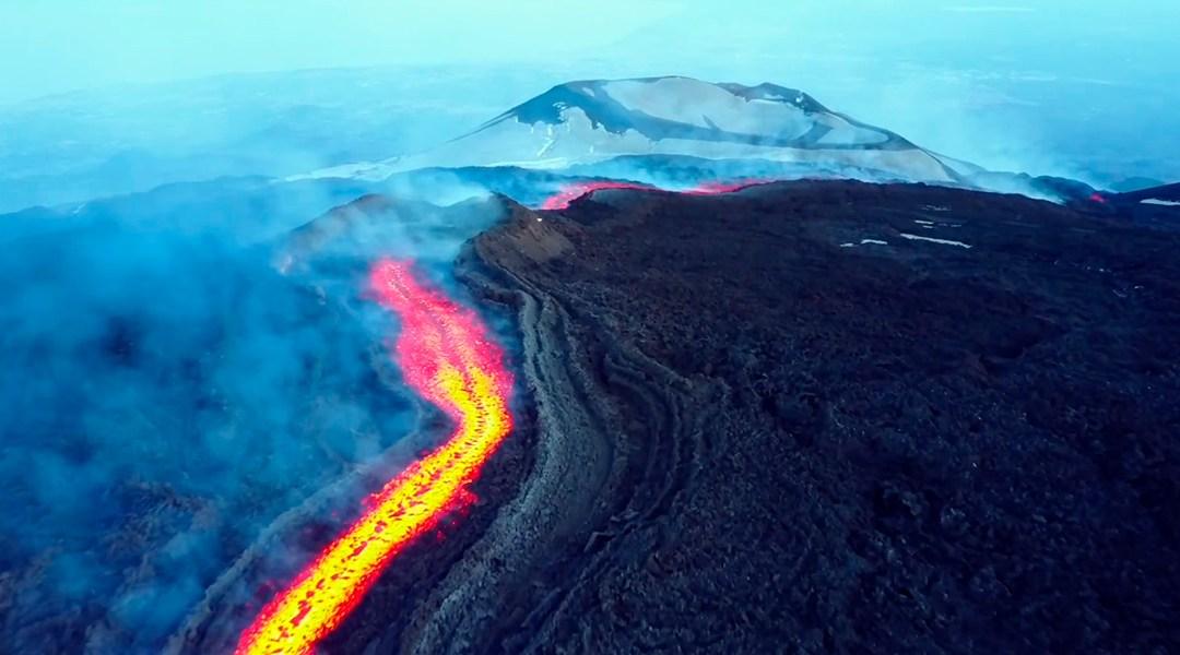Este drone ha capturado impresionantes imágenes de la lava despedida por el monte Etna