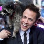 James Gunn con un mapache en el hombro