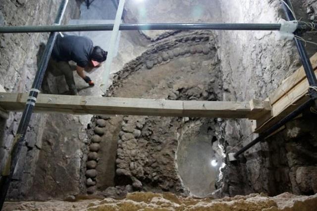 Ingrid Trejo, arqueóloga del INAH, trabaja en el sitio donde se encontraron más de 650 cráneos.