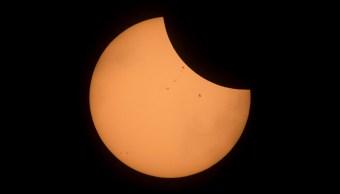 La Estación Espacial Internacional pasando frente al eclipse total de sol