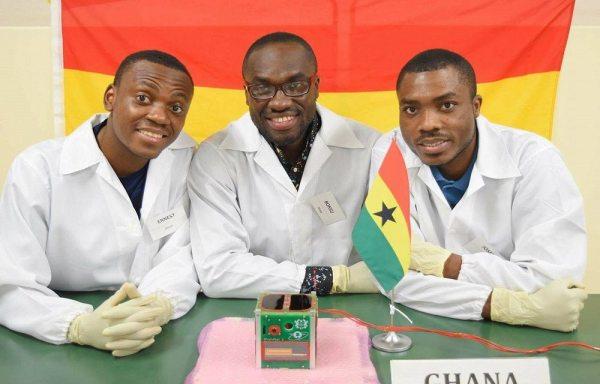 Benjamin Bonsu, Ernest Teye Matey y Joseph Quansah; ingenieros del Laboratorio de Sistemas Espaciales y Tecnología que construyeron el GhanaSat-1