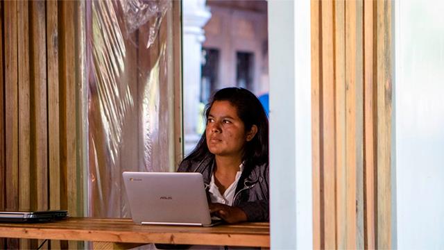 una mujer indígena aprende el potencial de internet