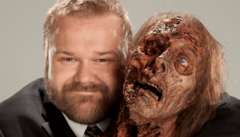 Robert Kirkman con un zombie de la serie The Walking Dead
