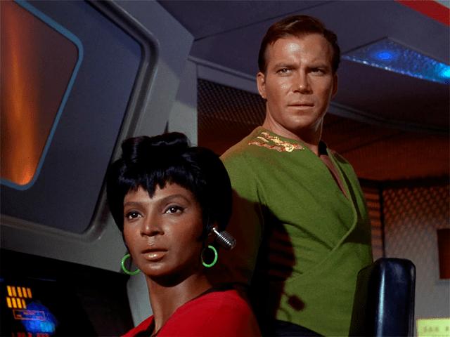 William Shatner al lado de Nichelle Nichols en una escena de Star Trek