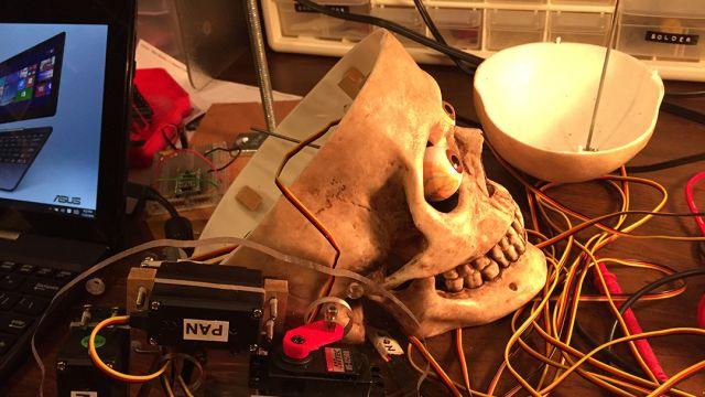 Cráneo unido a Alexa es todo lo que un metalero necesita