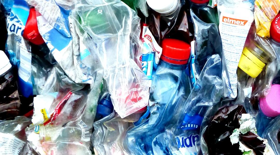 Científicos crean por accidente una enzima que devora plástico en días