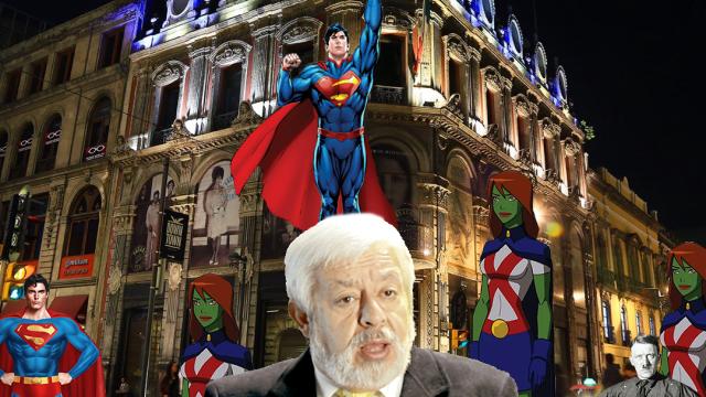 Jaime Maussan en el centro de la ciudad, con Superman y Marcianas