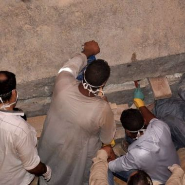 Un grupo de arqueologos egipcios abren una tumba