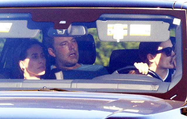 En el asiento de atrás, Ben Affleck rumbo a la clínica de rehabilitación, su ex esposa Jennifer Garner