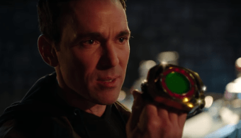 Tommy Oliver a punto de transformarse en Power Ranger