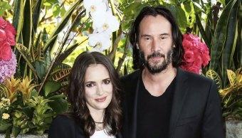 Winona Ryder y Keanu Reeves posando