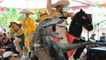 Dinosaurio mexicano en una fiesta mexicana