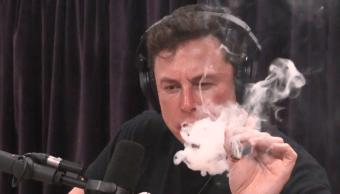 Elon Musk fumando marihuana en un programa de YouTube