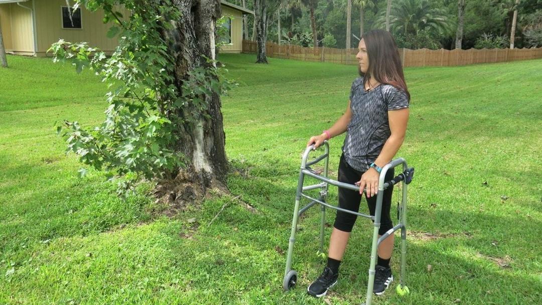Kelly Thomas, de 23 años, sufrió una lesión de la médula espinal que la dejó paralizada en 2014. Ahora, con la ayuda de una terapia experimental, puede caminar sola. (Foto: Kelly Thomas)