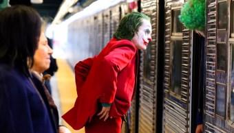 Joker a punto de subir en el metro