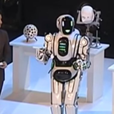 La televisión muestra un robot que es un hombre disfrazado