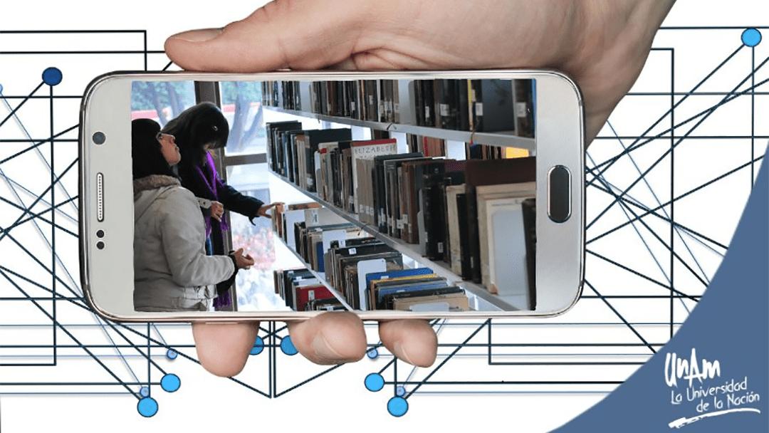 Un smartphone en una biblioteca de la UNAM