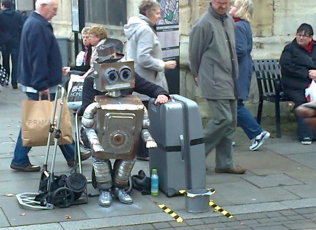 Un robot pide limosna en una calle de Gloucester
